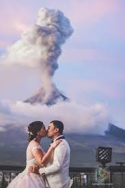 Pasangan Ini Menikah, Didepan Gunung Merapi